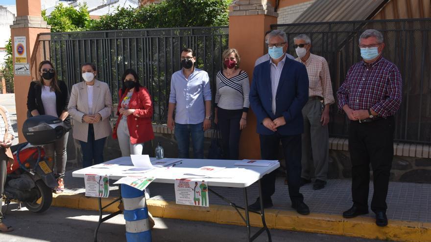 El PSOE de Puente Genil recoge firmas de protesta contra la Junta por la calidad de los servicios sanitarios