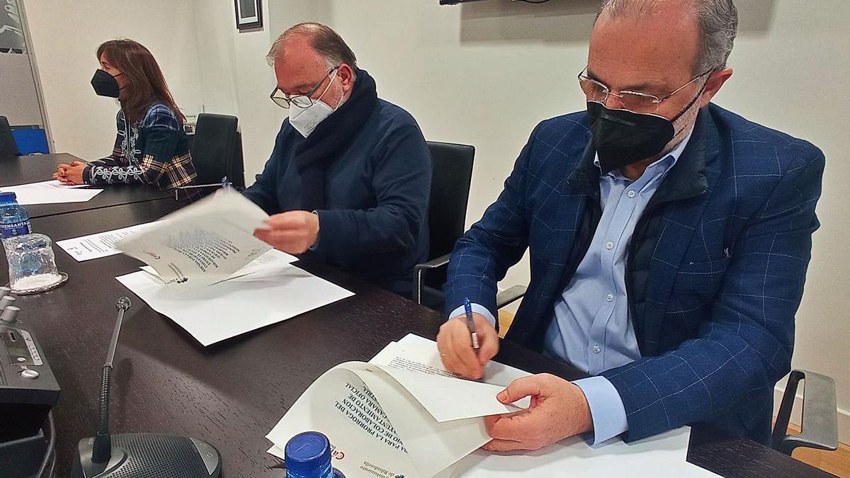 José Manuel  Ferreira (a la derecha) y Ramón Canal firman el convenio de colaboración junto a la técnica Leonor  Gutiérrez. | Eva San Román