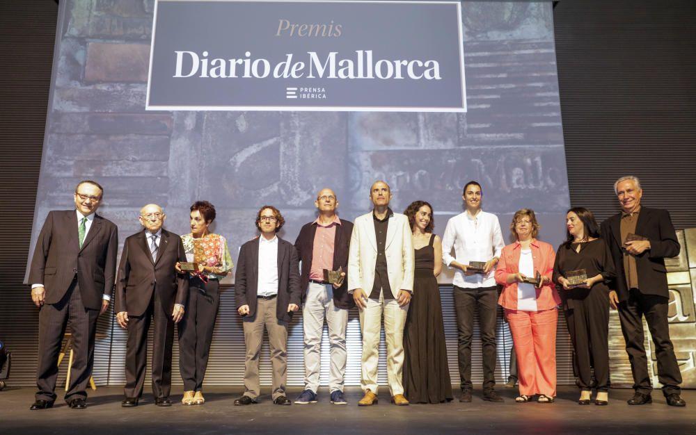 El presidente de Prensa Ibérica, Javier Moll, (a la izquierda), junto a los galardonados