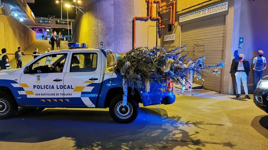 La Policía Local retira dos árboles de Navidad de un bar de Playa del Inglés