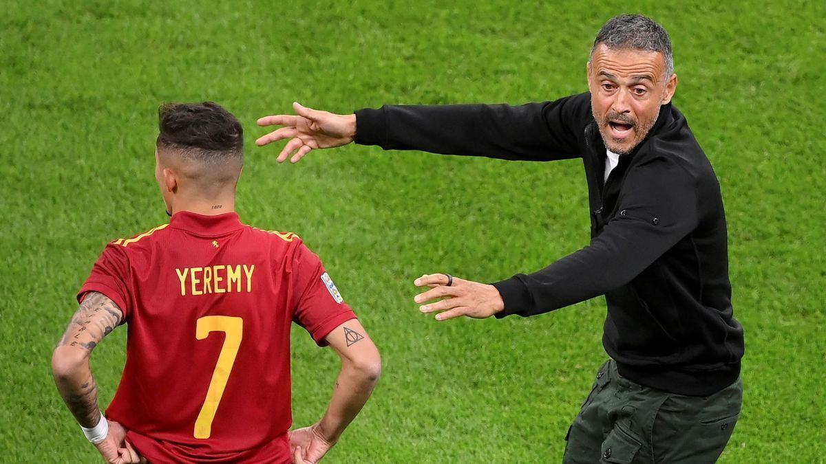 Luis Enrique gives directions to Yéremy Pino in the national team's match against Italy.