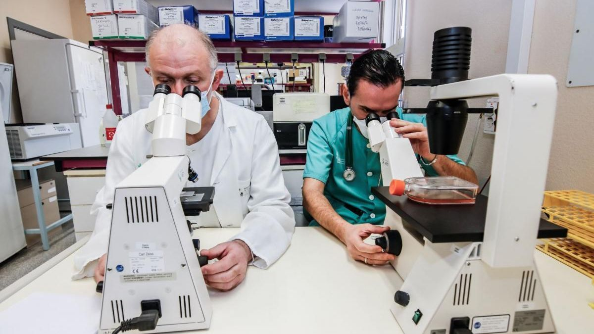 El jefe de la unidad de investigación, José Zamorano, y el médico de Medicina Interna, José María Saponi.