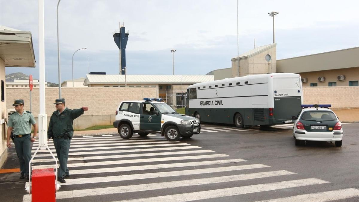 Guardias civiles en el control de accesos de la cárcel de Albocàsser.