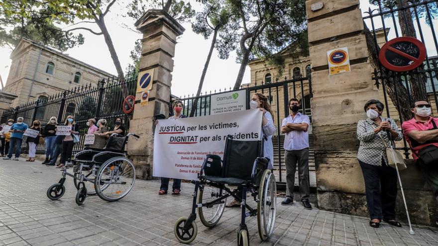 Los familiares de la residencia de Oliver se concentran para pedir responsabilidades al Gobierno autonómico