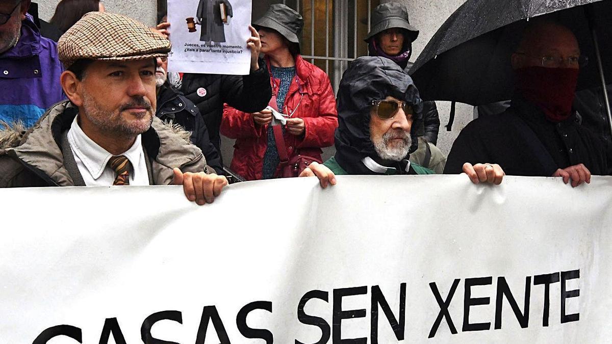 Protesta contra los desahucios ante la Audiencia Provincial.     // VÍCTOR ECHAVE
