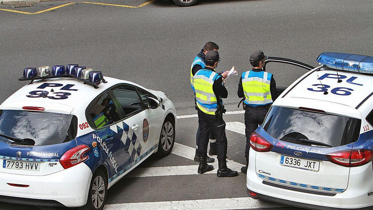 Tres agentes de la Policía Local de Ourense, durante un control. // IÑAKI OSORIO