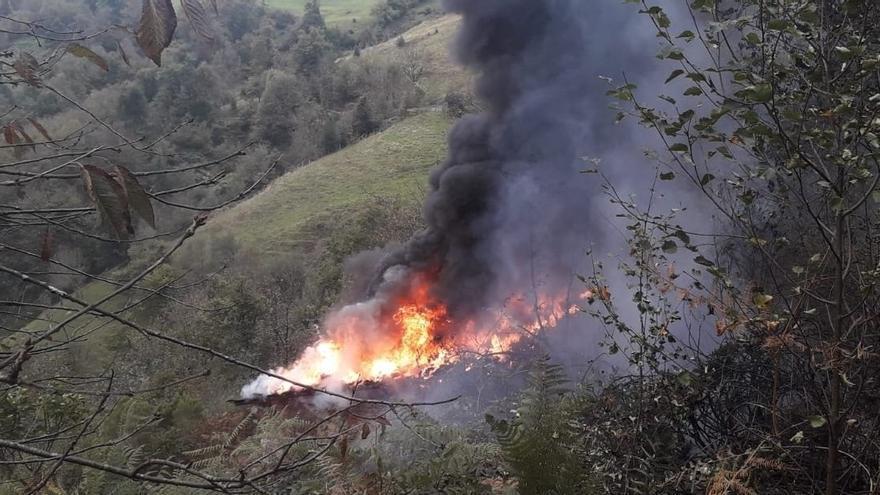 Los bomberos apagan un incendio en una caseta de aperos en Urbiés (Mieres)