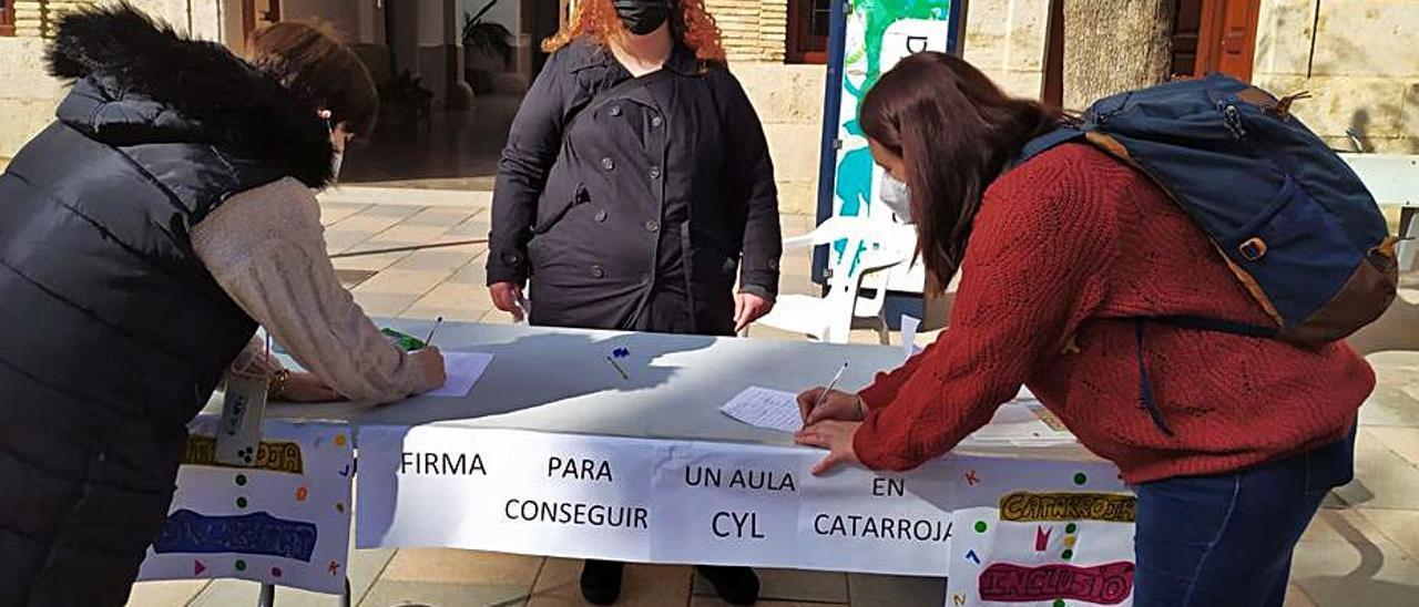 La madre de Éric, Yolanda, recogiendo firmas. | L-EMV