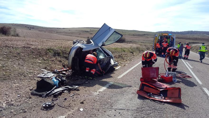 Los bomberos excarcelan a un conductor tras salirse de la vía en Bueña, Teruel