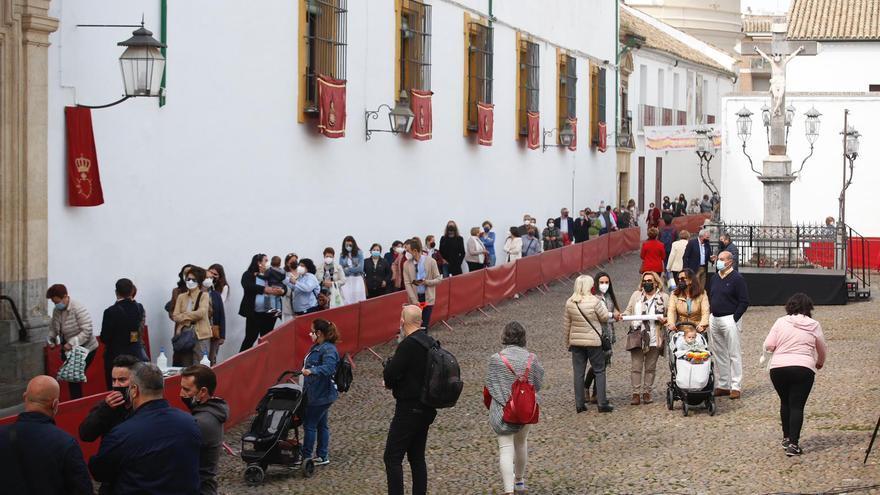 Viernes de Dolores en Córdoba: colas con distancias de seguridad y mascarillas