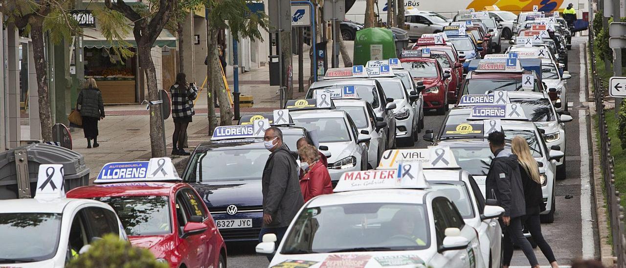 Las autoescuelas llenaron ayer las calles de Alicante capital con su caravana.