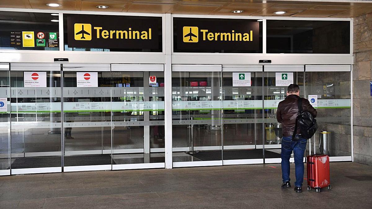 Un viajero accede a la terminal de Alvedro. |  // VÍCTOR ECHAVE