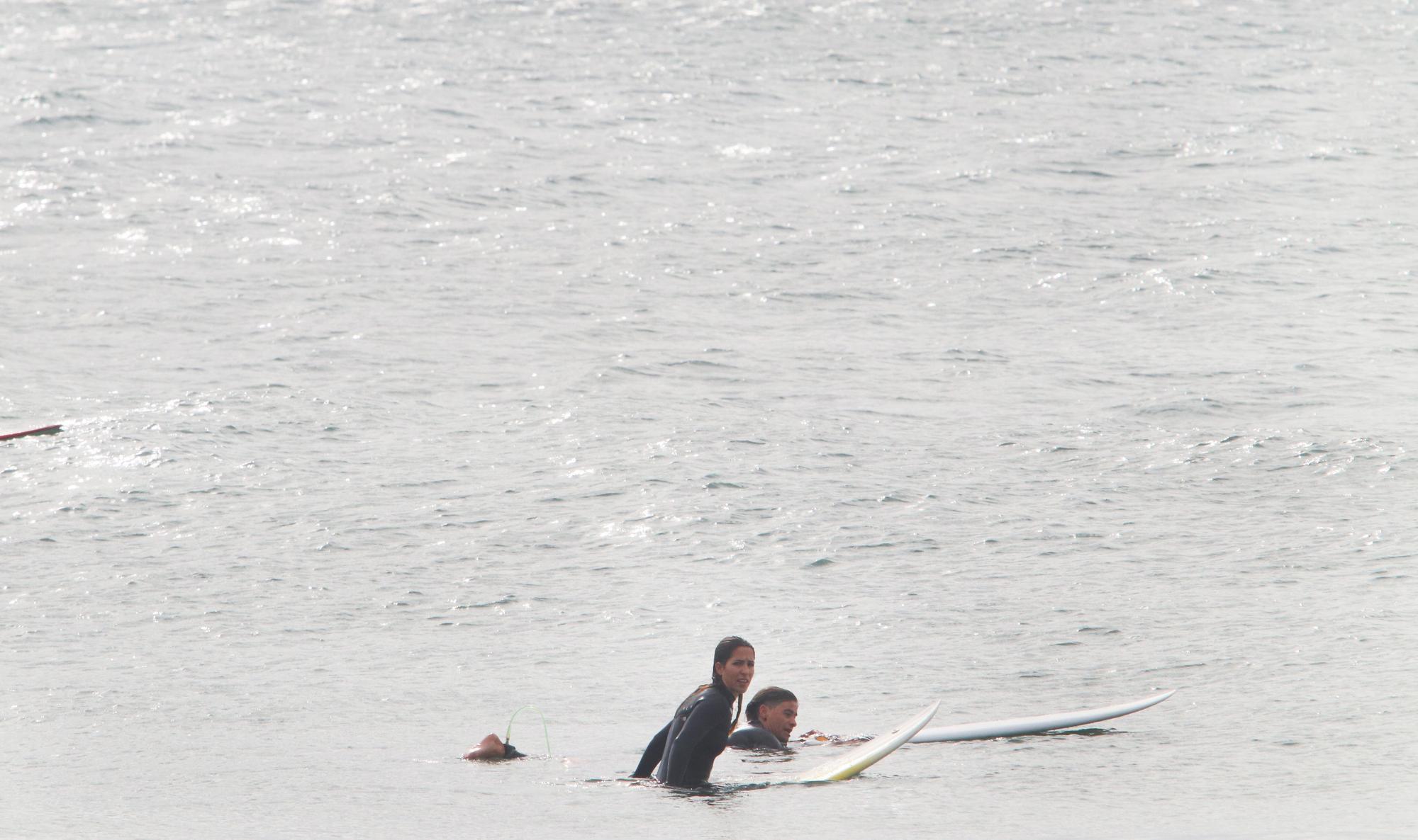 Temporal en la playa El Dedo con surfistas