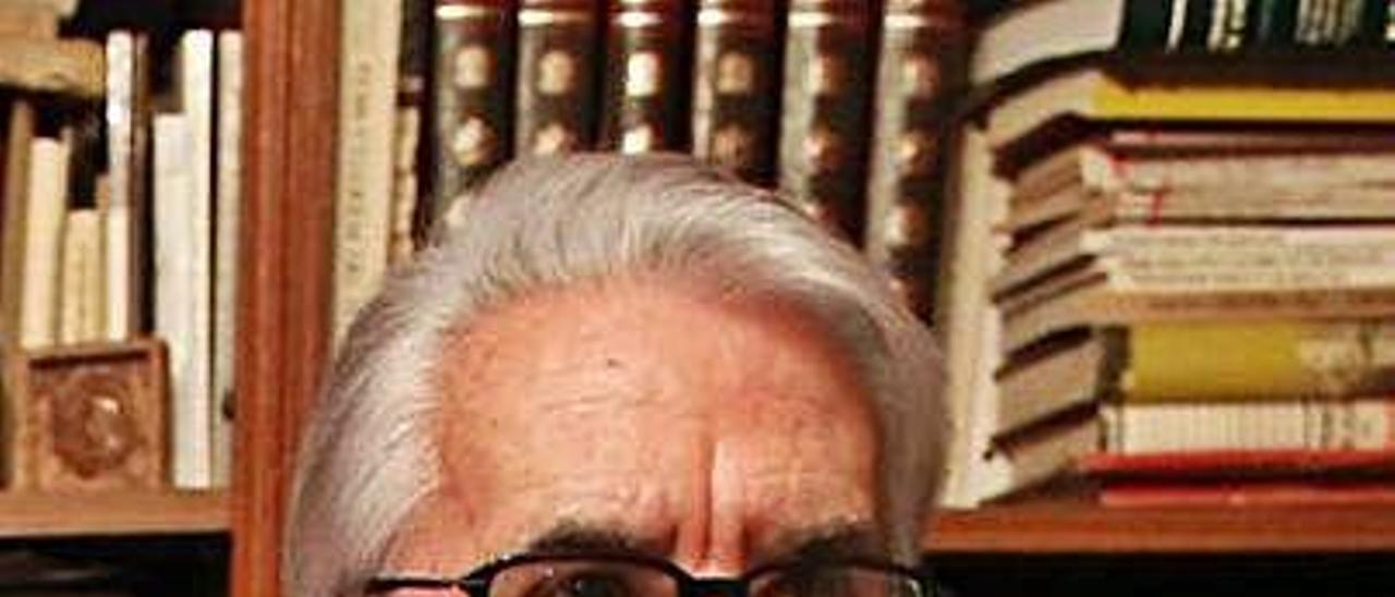 Claudio López Arias, en la biblioteca de su casa.