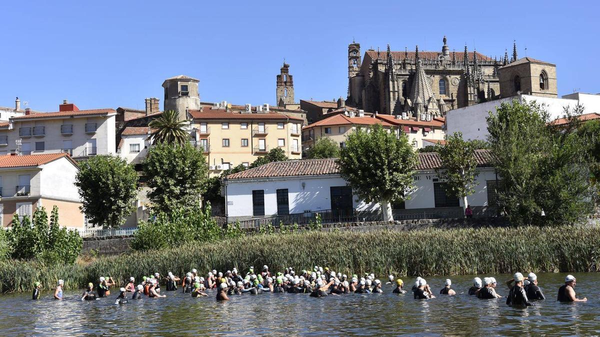 Participantes, en el agua, en una edición anterior del Triatlón de Plasencia.