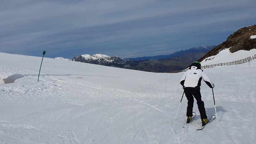 Lunes esquiable en Pajares: la niebla mañanera y el viento engañaron a muchos