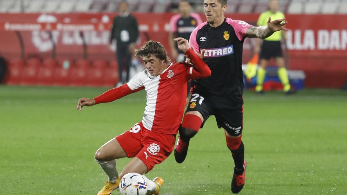 Pablo Moreno rep la falta de Raíllo durant el Girona-Mallorca.
