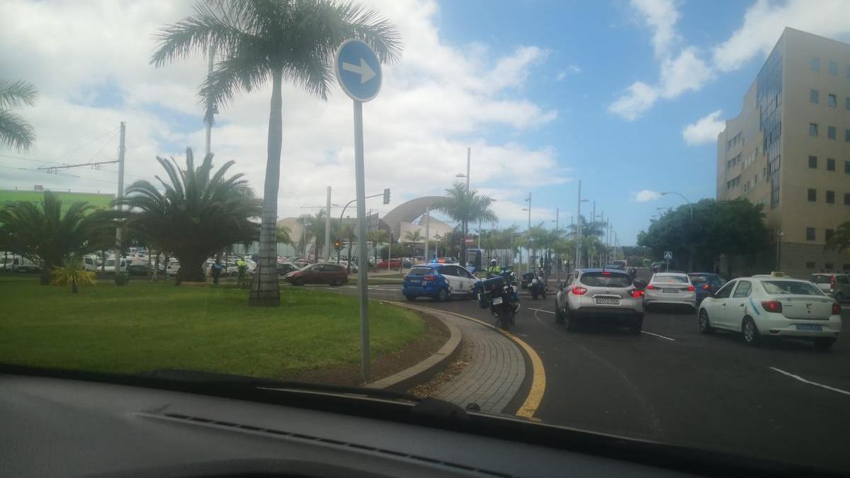 Accidente en la rotonda que linda con el Palacio de la Justicia de Santa Cruz de Tenerife.