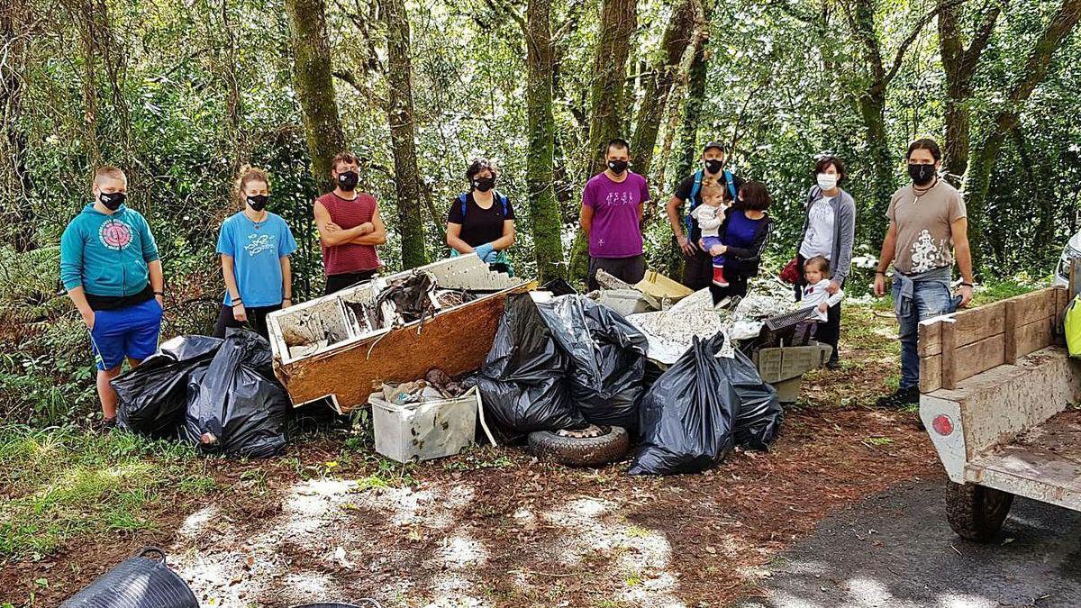 Parte de los participantes en la limpieza, con la basura retirada de la ruta de molinos del Vea.