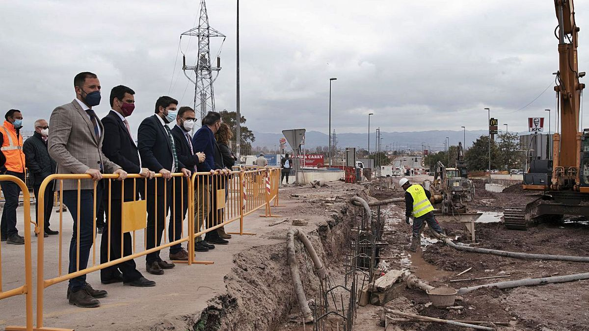 El presidente de la Región y el alcalde lorquino visitan las obras del barrio de San Antonio.