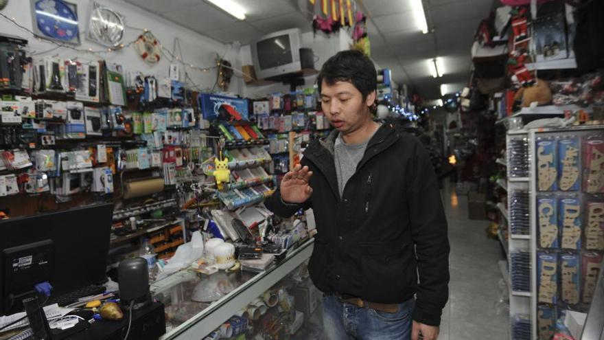 Tres jóvenes agreden al propietario del bazar chino de la Barrera