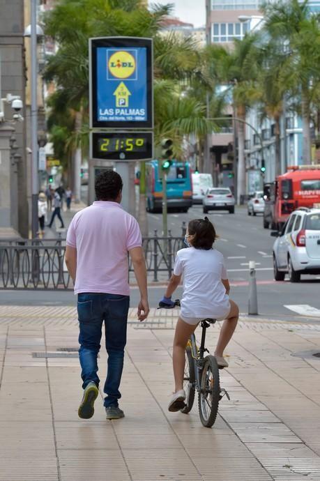 04-05-2020 LAS PALMAS DE GRAN CANARIA. Un hombre y una niña pasean por Bravo Murillo. Fotógrafo: Andrés Cruz    04/05/2020   Fotógrafo: Andrés Cruz