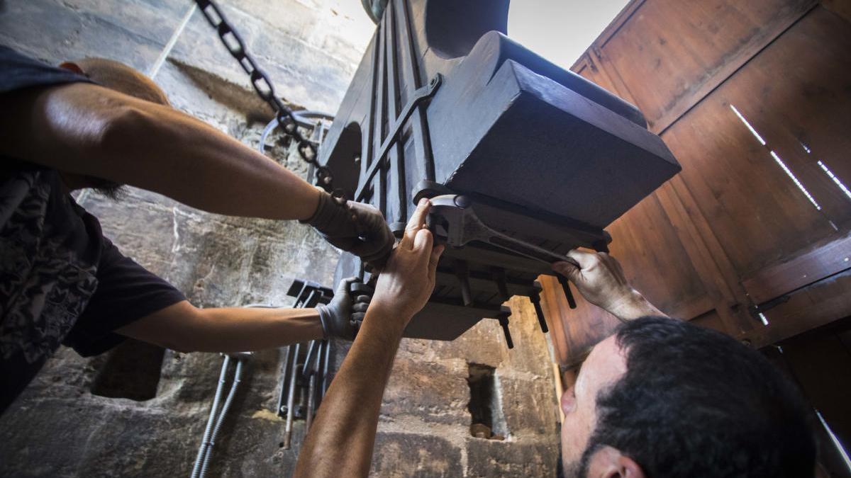 Los campaneros del Micalet aprietan los tornillos de las campanas siguiendo la costumbre medieval de  úrepret de San Lorenzo