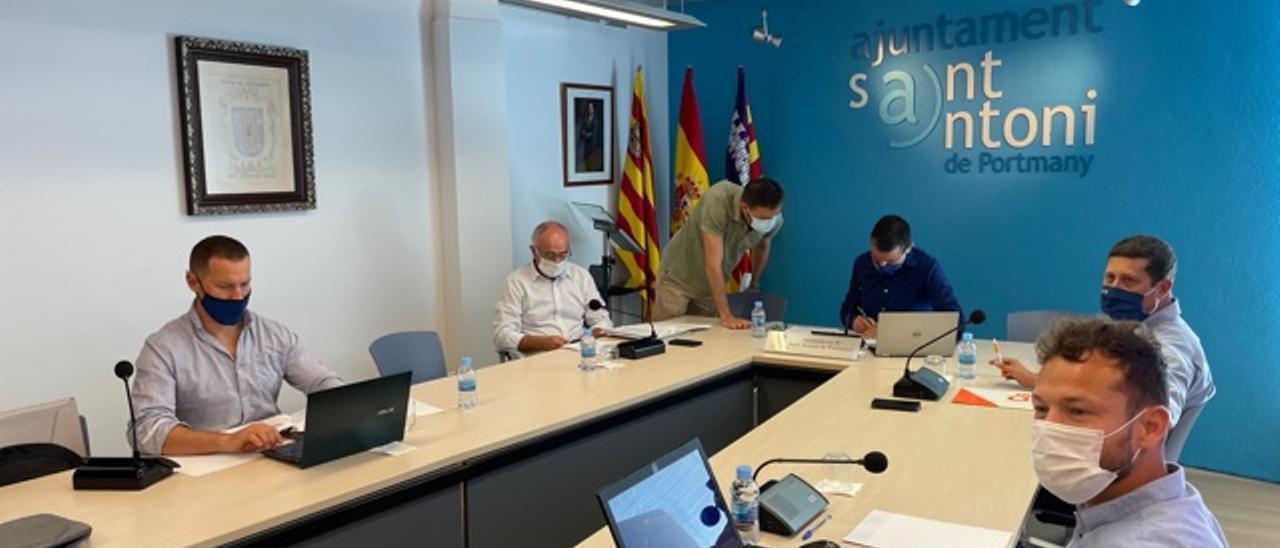 El secretario conversa con el alcalde, antes del inicio del pleno de esta mañana en Sant Antoni.
