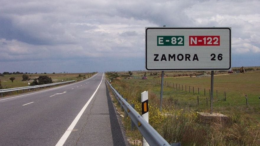Un herido leve por la colisión de un turismo y un camión en la N-122, en Fonfría