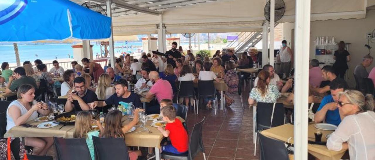 La terraza de un restaurante junto a la playa de Cullera prácticamente al completo, en una imagen de archivo. | JOAN GIMENO