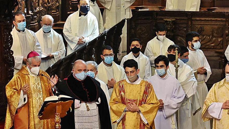 El obispo preside la Misa Crismal en la catedral tudense | ALBA VILLAR