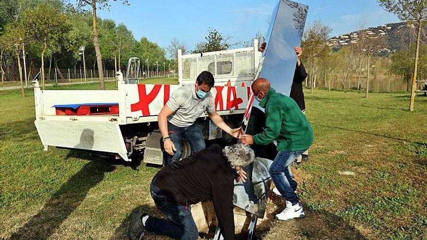 Platja d'Aro instal·la el monòlit d'acer al parc dels Estanys