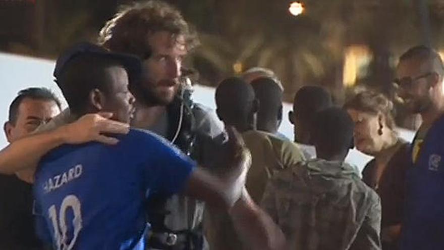 Los inmigrantes del Open Arms desembarcan en Lampedusa tras la orden de un fiscal