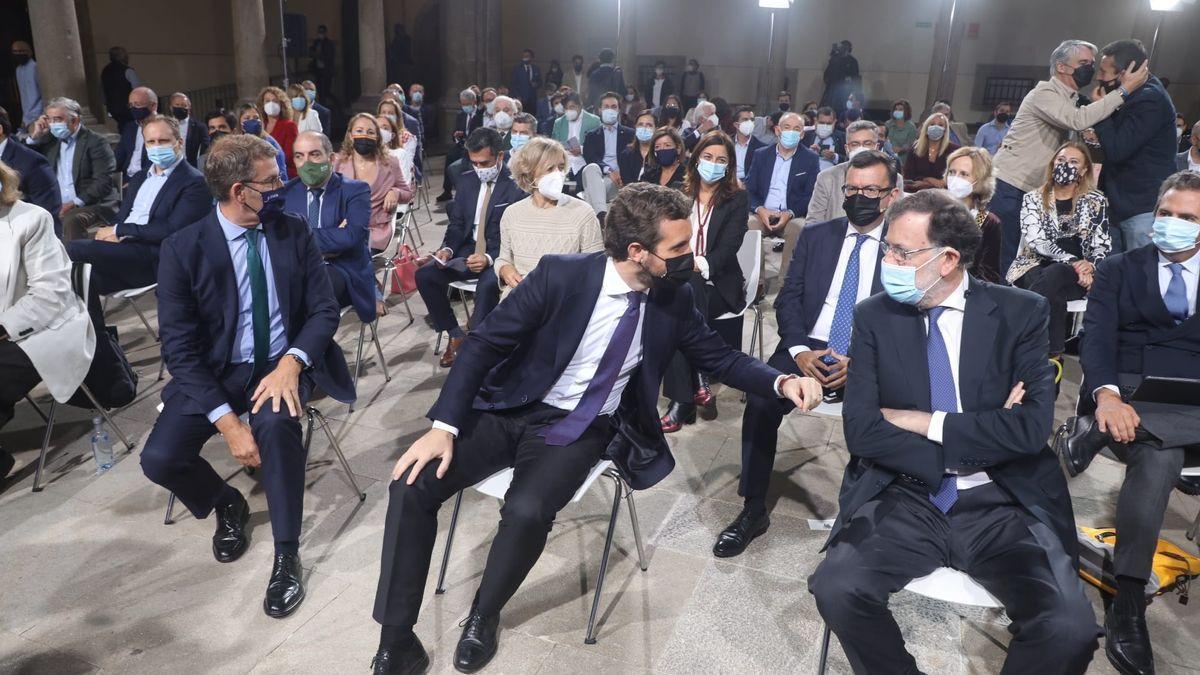 Casado charla con Rajoy, con Feijóo al otro lado