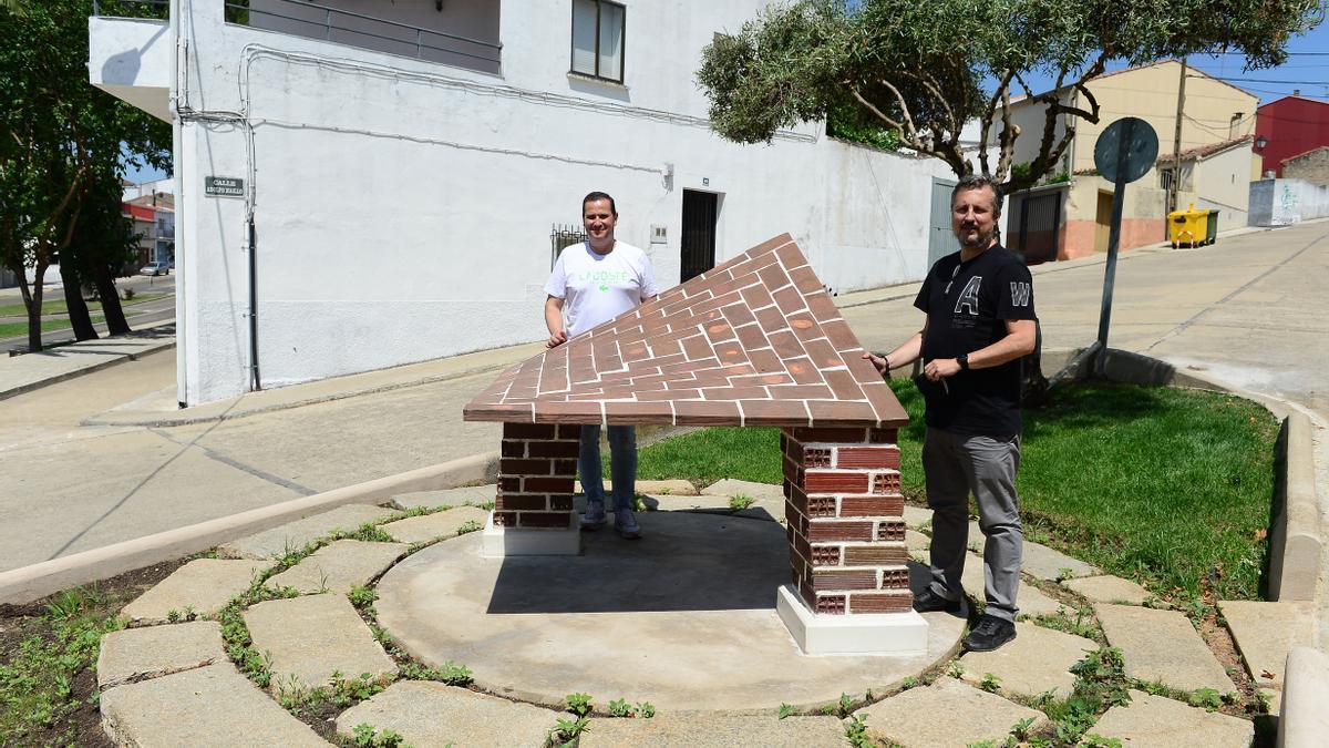 El alcalde (izquierda) y el arquitecto Luis Acevedo, junto a una de las esculturas.