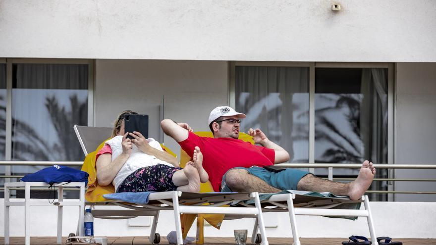 Ajenos a la controversia, los turistas alemanes se refugian en Platja de Palma