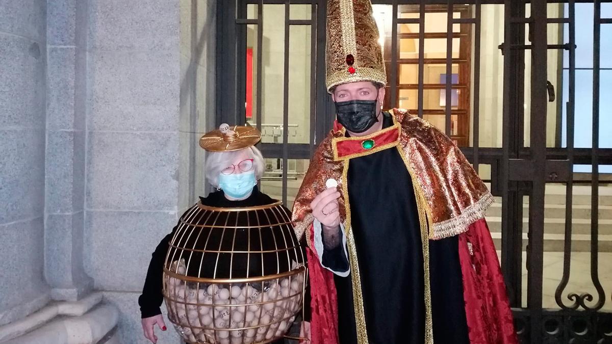 Manoli Sevilla y Juan López, disfrazados de bombo y 'obispo'.