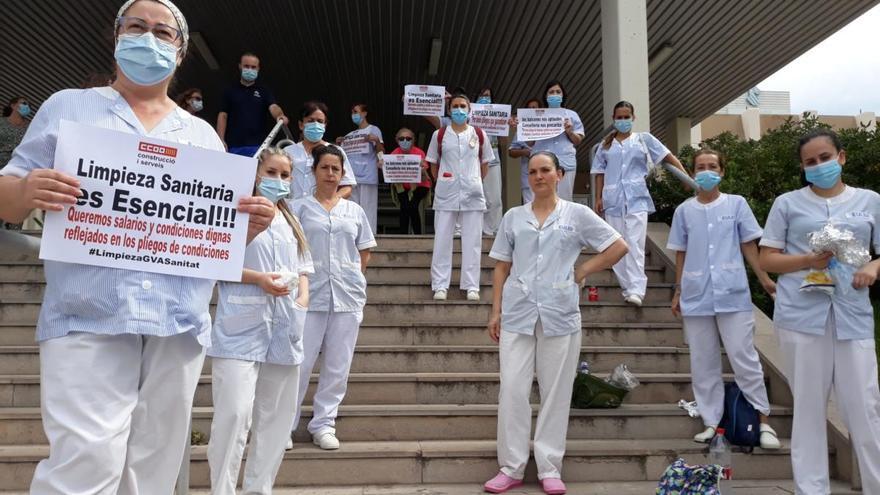 Protesta de la plantilla de limpieza ante el Hospital de Sagunt