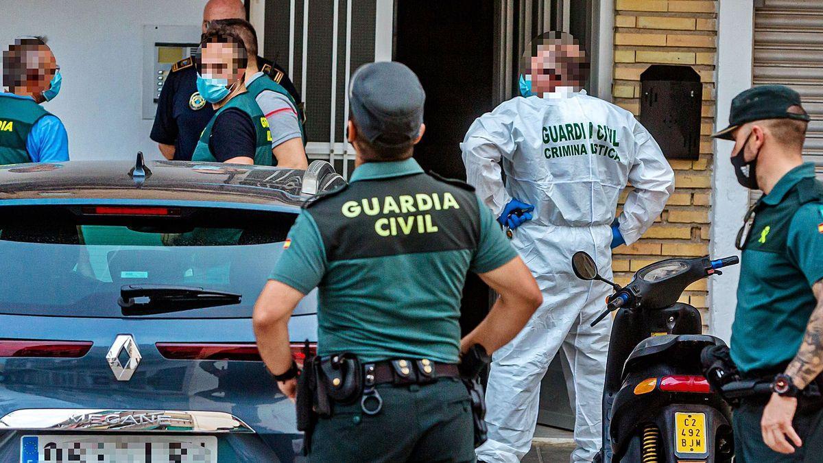 Agentes de la Guardia Civil y Policía Local de La Vila en la puerta del inmueble donde fue asesinada la mujer de 40 años.