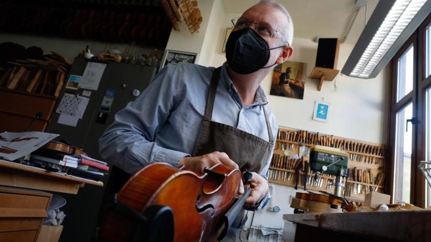 Así es el taller de Roberto Jardón, el luthier avilesino más demandado del país