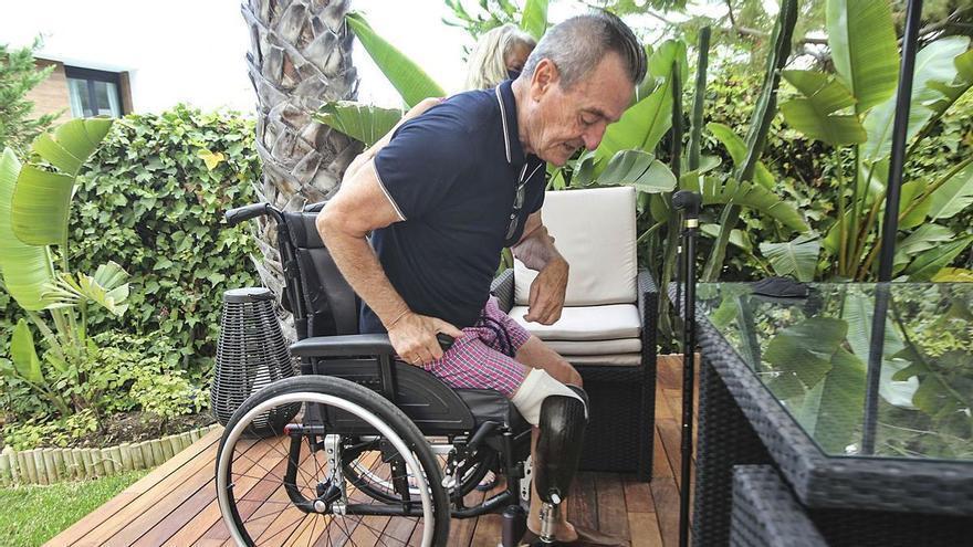 El Consell deniega la tarjeta para aparcar a un hombre con una pierna amputada y medio cuerpo paralizado por el covid