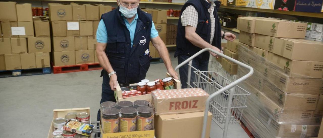 Dos voluntarios del Banco de Alimentos de Vigo. // Rafa Vázquez
