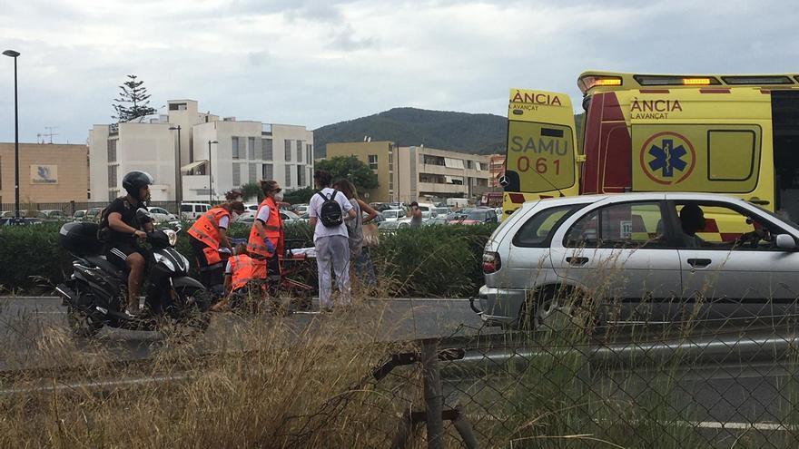Estable la motorista herida tras chocar contra un coche en el primer cinturón de ronda en Ibiza
