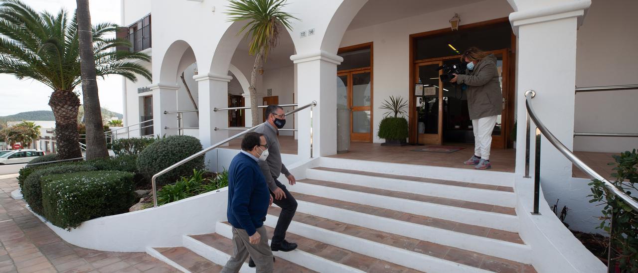 Ángel Luis Guerrero y Pere Ribas suben las escaleras del Ayuntamiento. Vicent Marí