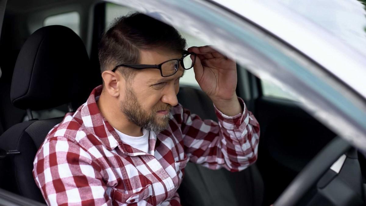 Conducir con gafas o lentillas, ¿qué es mejor?