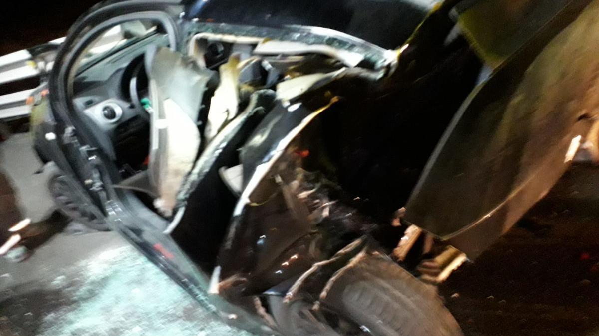Una dotación de Bomberos del Parque de San Miguel procedieron a liberar del interior del vehículo a uno de los afectados.