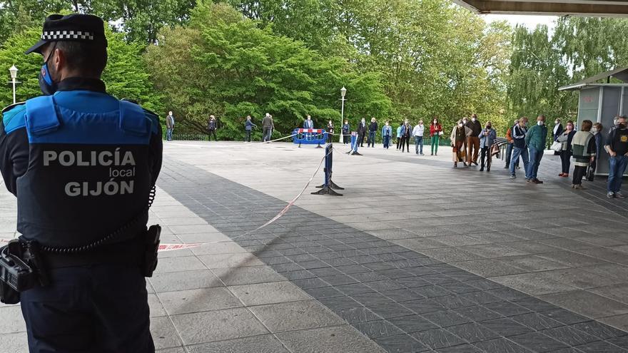 Entre largas colas y con presencia policial: así continúa la vacunación contra el coronavirus en Gijón