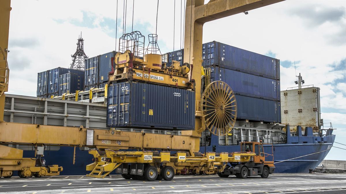 Descarga de mercancía en el puerto de Santa Cruz de Tenerife
