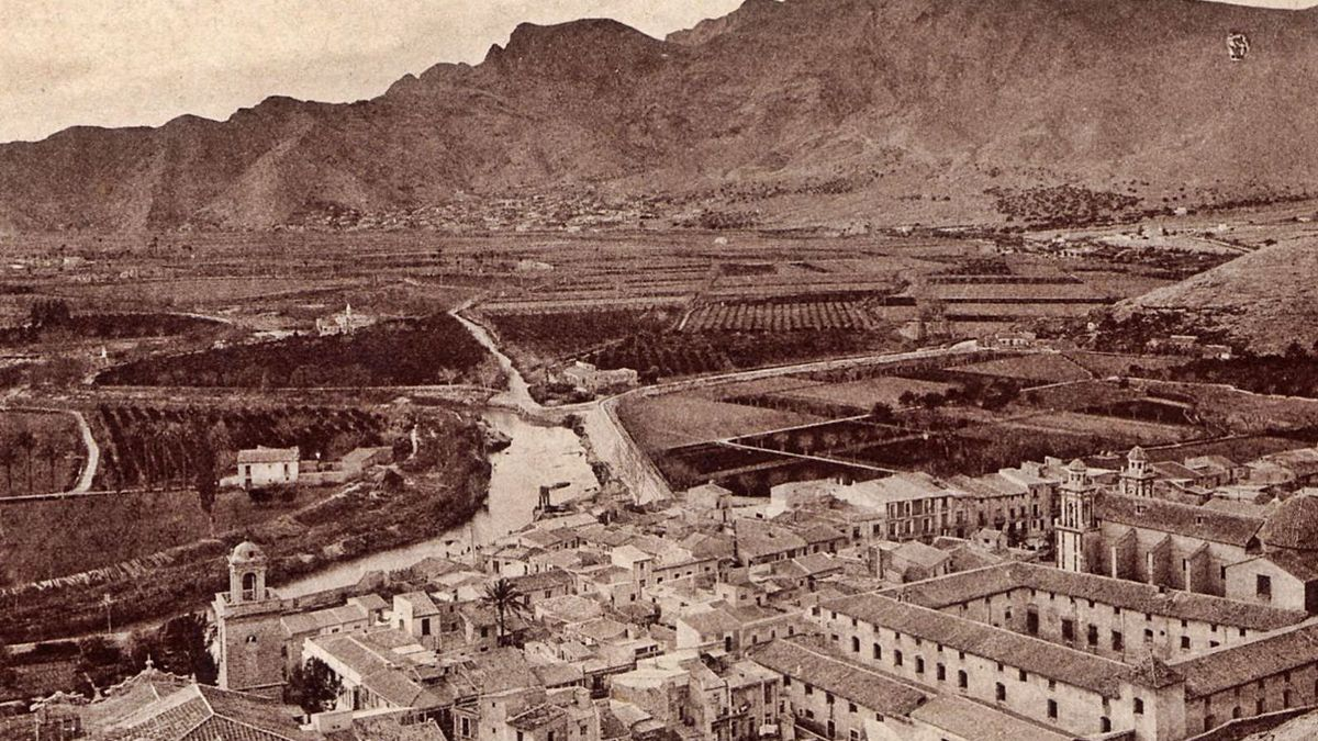 Panoramic of Orihuela, surrounded by the orchard and flanked by the mountains.