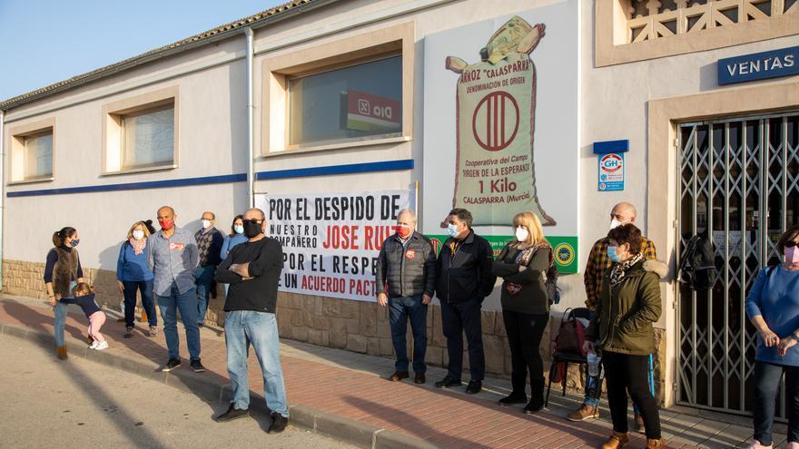 Los trabajadores de la Cooperativa 'Virgen de la Esperanza' de Calasparra en huelga por el despido de un compañero